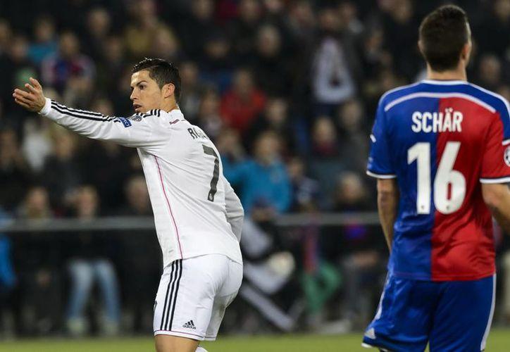 El delantero portugués del Real Madrid, Cristiano Ronaldo (i), celebra tras marcar el 0-1 frente a Fabian Schaer (d) del Basilea, durante el partido del grupo B de la Liga de Campeones de Europa. (EFE)