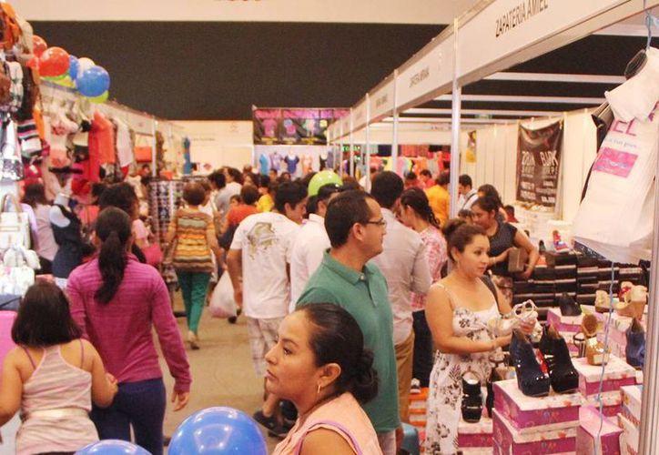 Imagen de 16a. Expo Feria del Comercio, que se realiza en el Centro de Convenciones Yucatán Siglo XXI, donde miles de compradores llegan al lugar. (Milenio Novedades)