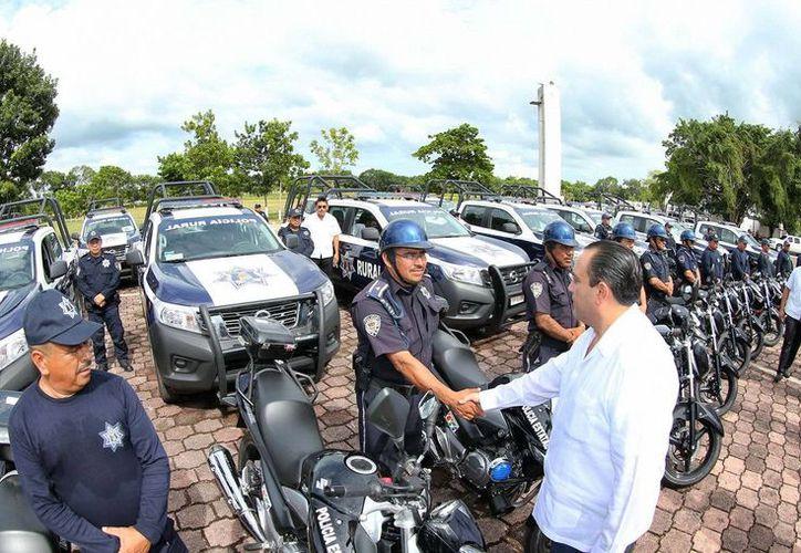 El mandatario estatal entregó esta tarde un total de 23 patrullas y 22 motopatrullas. (Redacción/SIPSE)