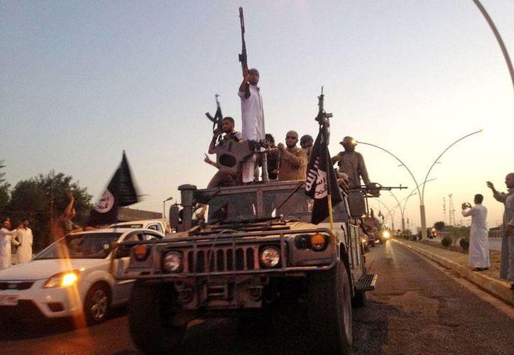 El Estado Islámico sigue imponiendo su ley en territorio iraquí. La imagen es de archivo: son integrantes del grupo terrorista que recorren las calles de Mosul. (Archivo/AP)