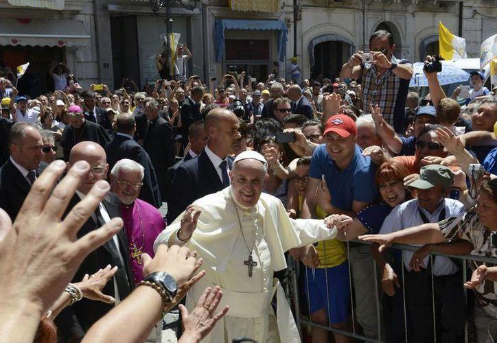 Los fieles celebran el paso del papa Francisco a su llegada a la catedral de Campobasso, en el sur de Italia. (Agencias)