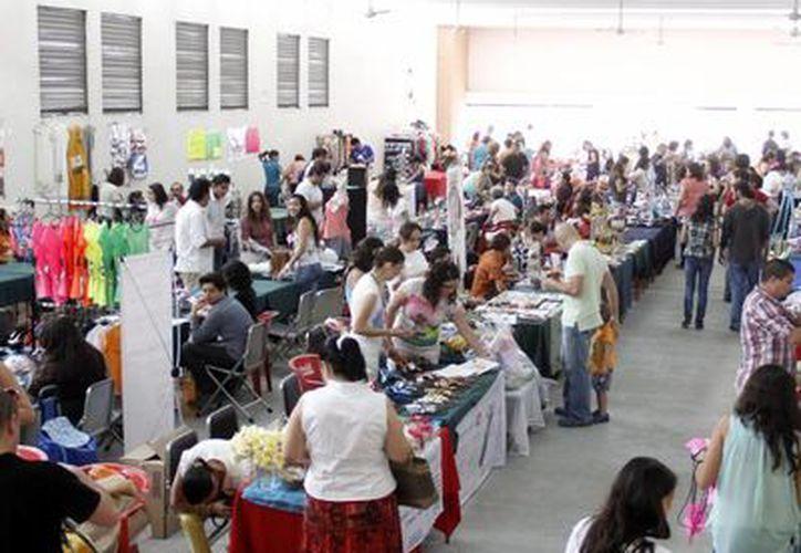 Al tianguis realizado en el Instituto Patria asistieron 75 expositores. (Juan Albornoz/SIPSE)