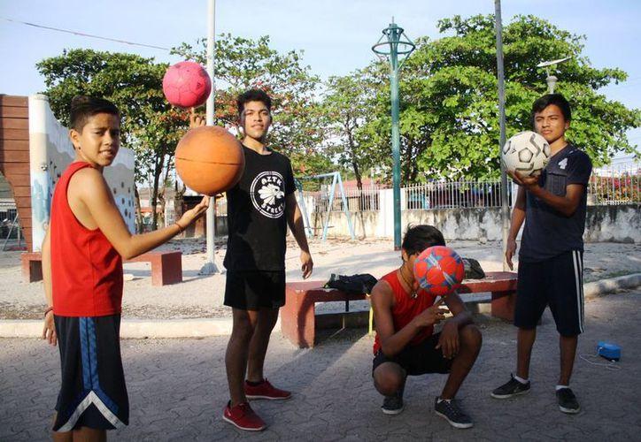 Un grupo de jóvenes se reúnen en lugares públicos de Playa del Carmen para practicar Freestyle Fútbol. (Octavio Martínez/SIPSE)