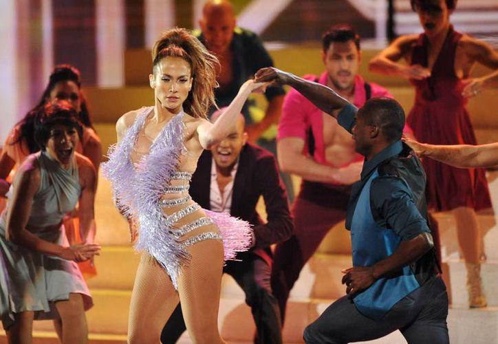 JLO sorprendió con su energía en el ributo que ofreció a la Reina de la Salsa, Celia Cruz, en la ceremonia de los AMA. (Agencias)