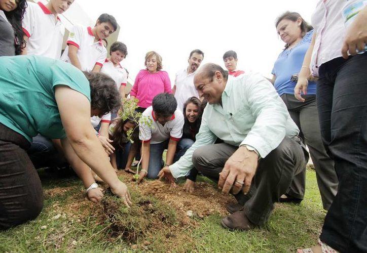 Autoridades federales, estatales y alumnos sembraron un árbol en la Preparatoria Estatal No. 8. (Milenio Novedades)