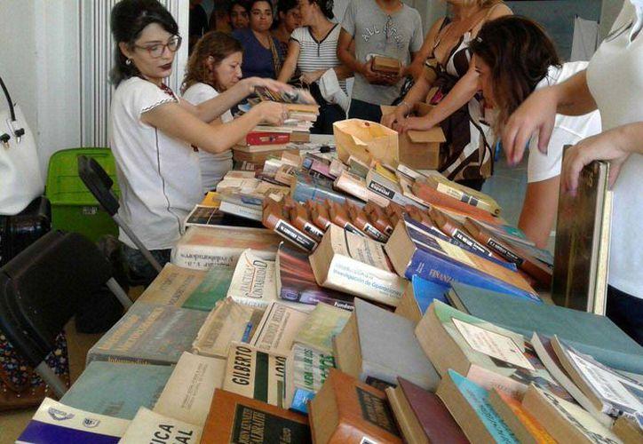 Durante la jornada dominical se exhibieron mil 800 libros. (Redacción/SIPSE)