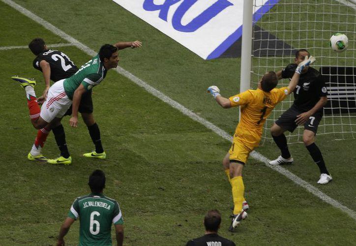 Raúl Jiménez casi se tuvo que aventar de palomita para anotar el segundo tanto, que dio tranquilidad a México. (Agencias)