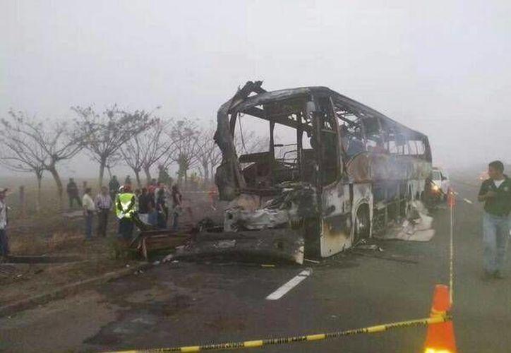 Solamente cuatro de los pasajeros del autobús turístico lograron salir con vida. (Twitter.com/@AvcNoticias)