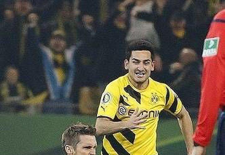 Sebastian Kehl, de 35 años, entró de cambio para dar el triunfo en tiempo extra y la calificación de Borussia Dortmund a semifinales en la Copa de Alemania. (Foto: AP)