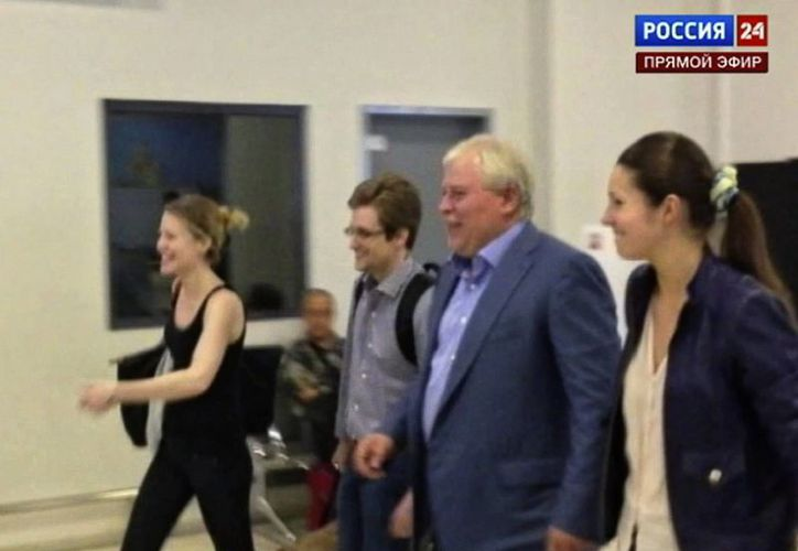 La semana pasada Rusia otorgó a Snowden asilo político por un año, en la foto cuando salió del aeropuerto ruso junto con su abogado. (Agencias)