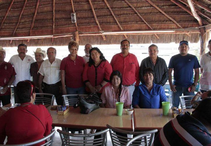 Luis Martínez Rocha convivió con las viudas de Bonfil en un almuerzo realizado en Cancún. (Tomás Álvarez/SIPSE)