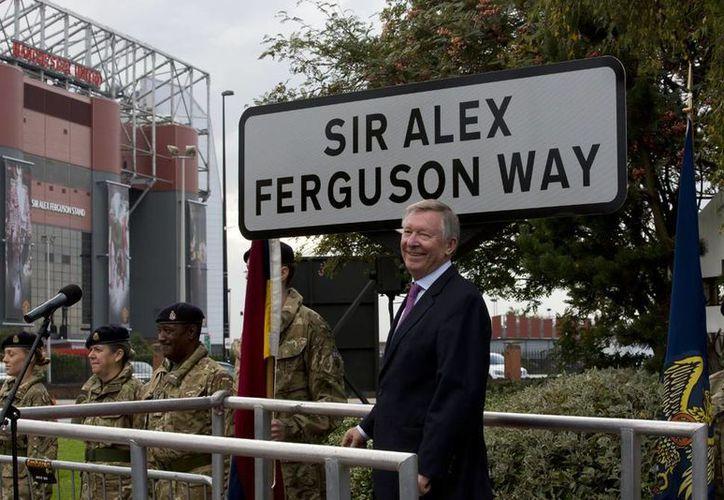 La calle que lleva el nombre del ex director técnico de la Manchester United, Sir Alex Ferguson, conduce al estadio Old Trafford, sede de los Red Devils. (Agencias)