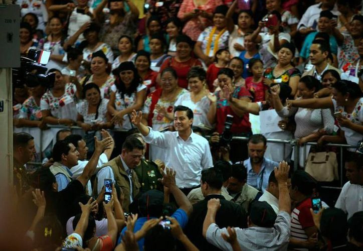 El presidente, Enrique Peña Nieto, llegó al Centro de Convenciones donde encabeza le entrega de certificados escolares. (Amílcar Rodríguez/SIPSE)