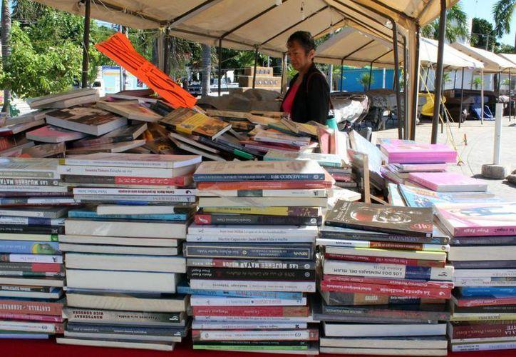 Durante una semana se ofrecerán libros a bajo costo en el parque de Las Palapas de Cancún. (Luis López Soto/SIPSE)
