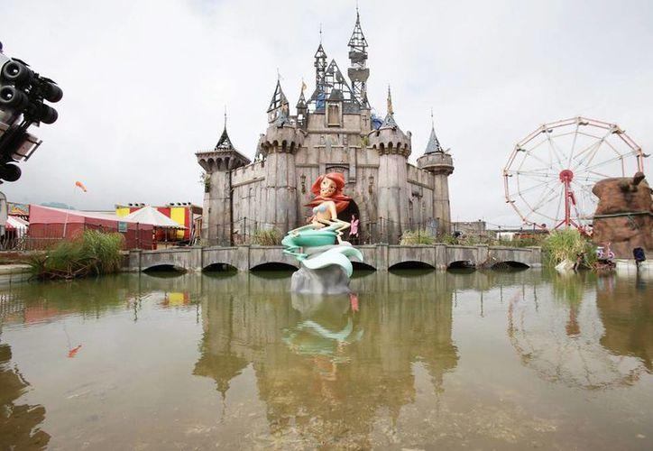 Fotografía de archivo del 20 de agosto de 2015 de Dismaland, una exposición artística que buscaba burlarse del capitalismo y la cultura de consumo en forma de una parodia anárquica del parque temático Disneyland, en Weston-Super-Mare, Somerset, Inglaterra. (Yui Mok/PA vía AP, Archivo)