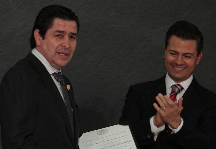 El presidente Enrique Peña Nieto entregó el 'Premio Nacional del Deporte 2012' al director técnico de futbol Luis Fernando Tena. (Notimex)