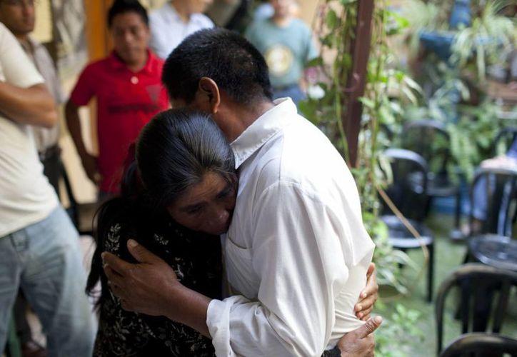 Sebastián Sales Maldonado abraza a su hermana María. (EFE)