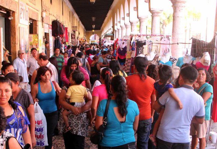 Las calles y algunos pasajes de la ciudad siguen invadidos de informales. Imagen de Los Portales de Granos en en centro.  (Milenio Novedades)
