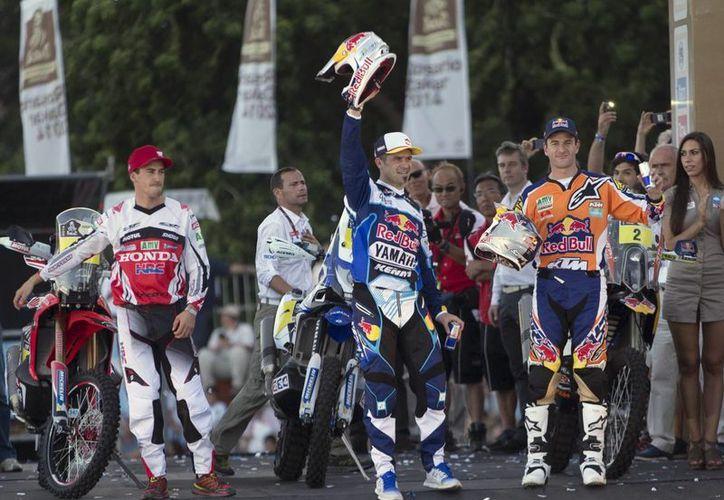 Barreda Bort (c), triunfador de la primera etapa del Rally Dakar Sudamérica.