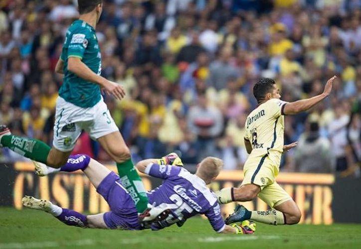 La comisión de arbitraje suspendió al americanistas Andrés Andrade por fingir una falta en el partido de ida contra León. En la foto, Andrés Andrade se lanza un  'Clavado' dentro del área, engañando al juez y provocando la marcación de la pena máxima. (Excélsior)