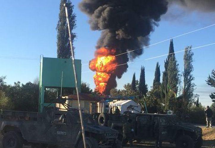 Petróleos Mexicanos dijo que cerró las válvulas para sellar la toma. (Twitter/@PC_Estatal)