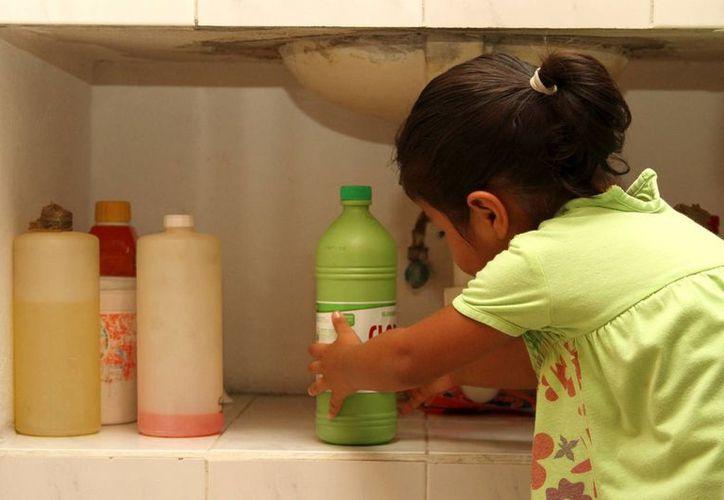 Los productos químicos del hogar se deben mantener en un mueble o cajón cerrado con llave, fuera del alcance de los niños. (Archivo/SIPSE)