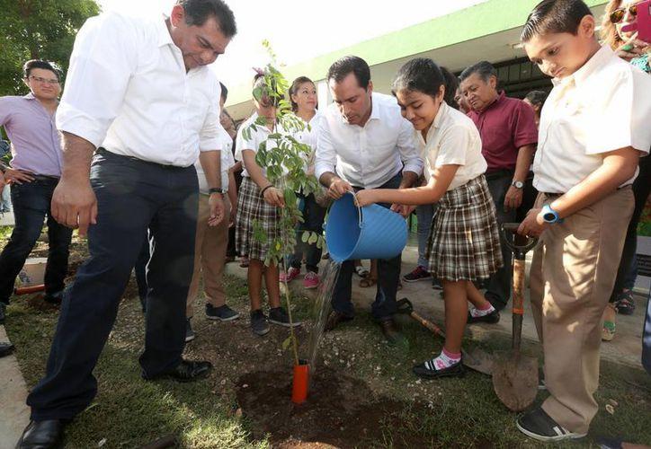El alcalde de Mérida encabezó este miércoles el inicio del programa de reforestación en escuelas en coordinación con la Secretaría de Educación estatal. El programa incluye cursos sobre los cuidados y beneficios de las especies. (Foto cortesía del Ayuntamiento de Mérida)