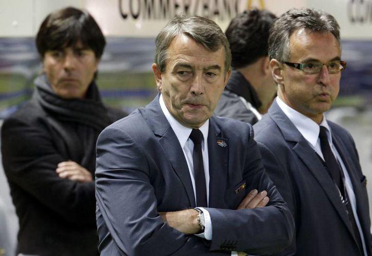Wolfgang Niersbach (c) renunció como presidente de la Federación Alemana de Futbol. A su derecha aparecen Joachim Lew, actual entrenador de la Selección Alemana y a su izquierda, Helmuth Sandrock, secretario general de dicha federación. (AP)
