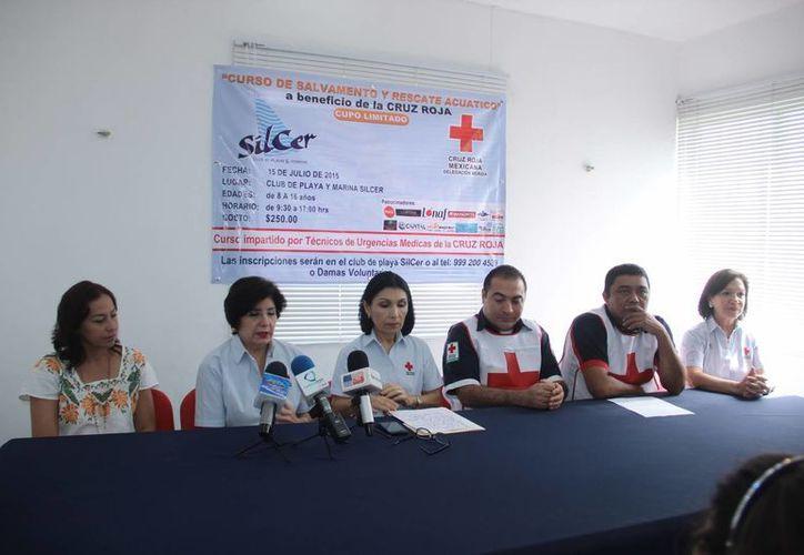 Imagen de la conferencia de prensa de la Cruz Roja, delegación Yucatán, al anunciar el primer curso de salvamento y rescate acuático para niños y adolescentes. (Jorge Acosta/SIPSE)