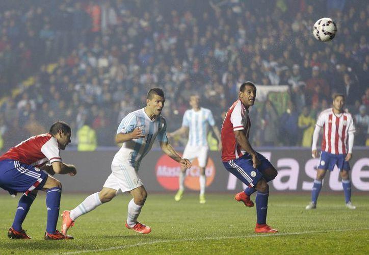 Sergio Agüero (segundo desde la izquierda) anotó a los 80 minutos el quinto gol de Argentina sobre Paraguay, pero todavía faltaba el sexto, de Angel di María, que dejó el marcador definitivo: 6-1, en semifinales de Copa AMérica. (Foto: AP)
