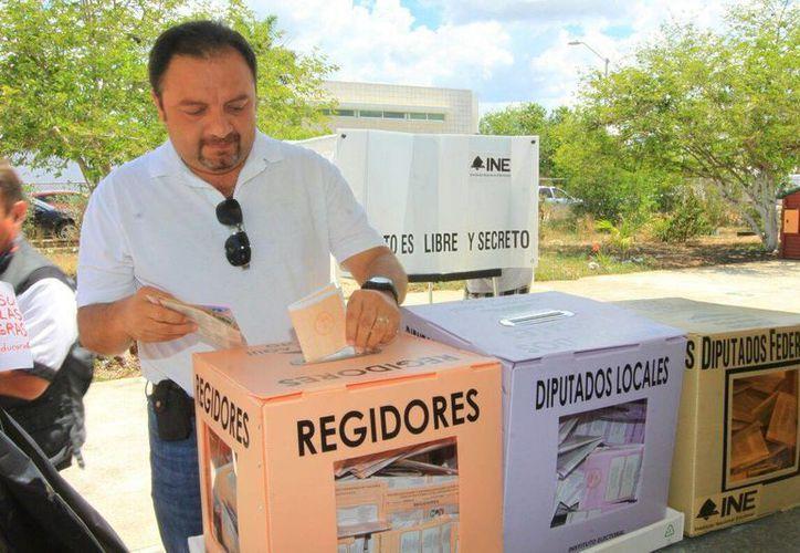 Imagen del momento en que Francisco Torres Rivas realizó su voto. (SIPSE)