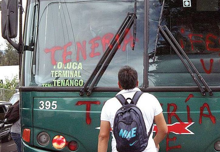 Estudiantes de la Normal Rural General Lázaro Cárdenas del Río han retenido camiones en diversas ocasiones. En esta ocasión, desaparecieron 37 vehículos. (excelsior.com.mx/somoselmedio.org/Archivo)