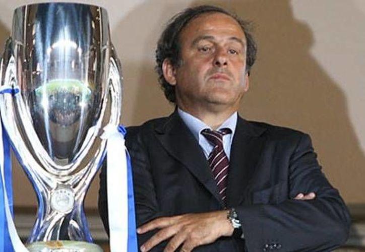 Michel Platini es investigado por un presunto pago millonario 'ilegal' por parte del presidente de la FIFA, Joseph Blatter, sin embargo, este último defendió durante una entrevista la honestidad de Platini ante estas acusaciones. (Archivo AP)