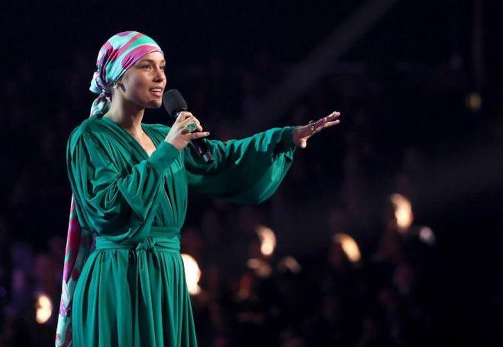 Alicia Keys lució radiante con un vestido verde, un turbante y sin una gota de maquillaje durante la entrega de los Grammys 2019. (Reuters)