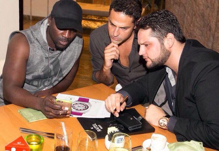El joven Alesh Ancira (d), novel emprendedor, durante una reunión donde entabla relaciones comerciales con representantes de otros países. (Milenio Novedades)
