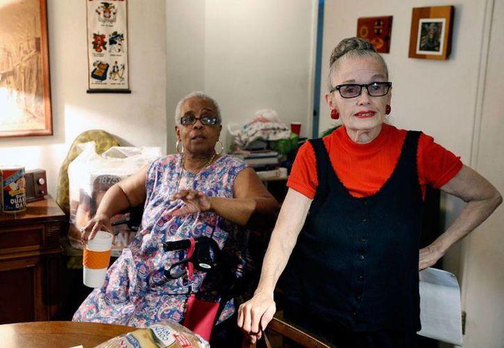 Carolyn Allen (der.), de 69 años de edad, comparte casa con Marcia Rosenfel, en Brooklyn, Nueva York, gracias a la New York Foundation por Senior Citizens que busca, sobre todo, que los ancianos tengan una mejor calidad de vida.  (AP)