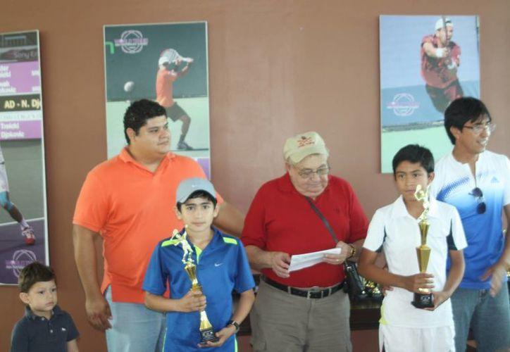 Braulio Bautista (izquierda) vence en tres sets 6-4, 6-7 y 6-3 a Eduardo Reyna. (Raúl Caballero/SIPSE)