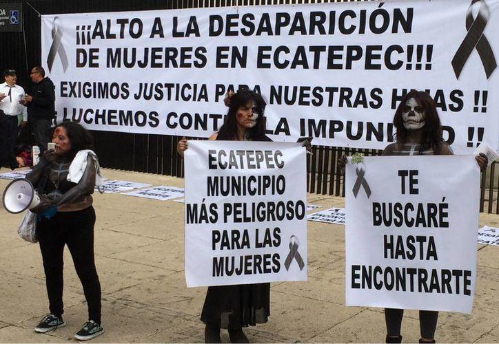 Miles de mexicanos huyen de la violencia que hay en sus lugares de origen. Imagen de contexto de un grupo de mujeres del municipio de Ecatepec que se manifestaron frente al Senado de la República, en contra de los feminicidios. (Archivo/Notimex)