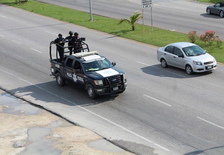 Ante los bloqueos por gremio taxista, policías federales realizaron rondines en la ciudad y zona hotelera. (Foto: Paola Chiomante)