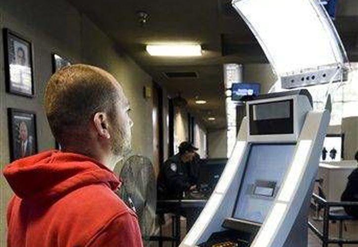 La Oficina de Aduanas y Protección Fronteriza  de Estados Unidos comenzó a capturar escaneos faciales y oculares a los extranjeros que ingresan al país a pie a través del puerto de la Mesa de Otay, en San Diego, California.- (AP)