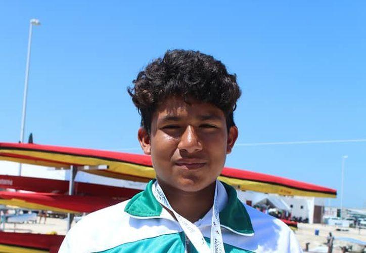 Joshua Pérez Farfán con orgullo su presea de bronce(Novedades Yucatán)