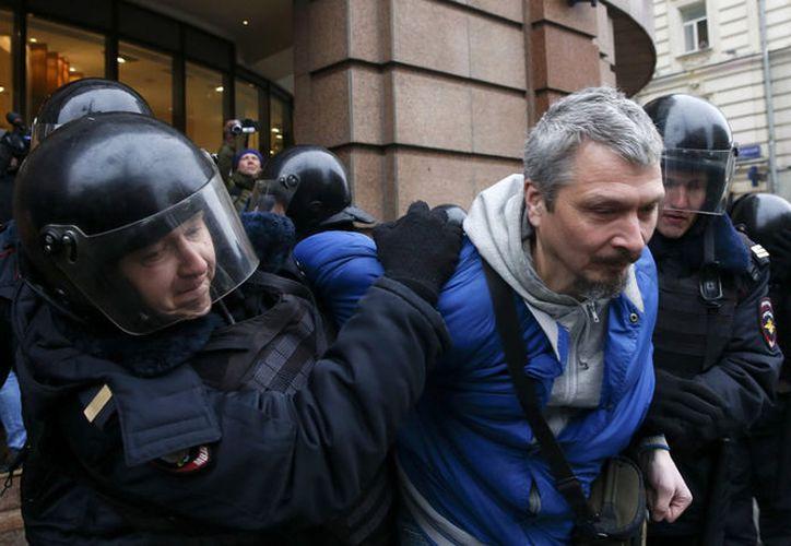 """La Policía rusa ha detenido este domingo a más de 250 personas en el centro de Moscú por """"violar el orden público"""". (Televisa News)."""