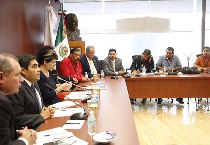 Imagen de la reunión de los trabajadores jornaleros del Valle de San Quintín y senadores. (@MBarbosaMX)