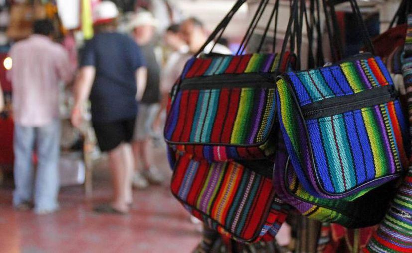 Los turistas gastan 14 por ciento del presupuesto de sus viajes para adquirir artesanías. (Redacción/SIPSE).