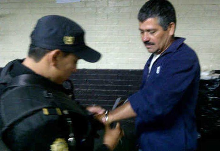 Entre los aprehendidos está Héctor René Carrera, alias <i>El Sherifon</i>, de 46 años y supuesto líder de la red criminal, así como seis mujeres. (prensalibre.com)