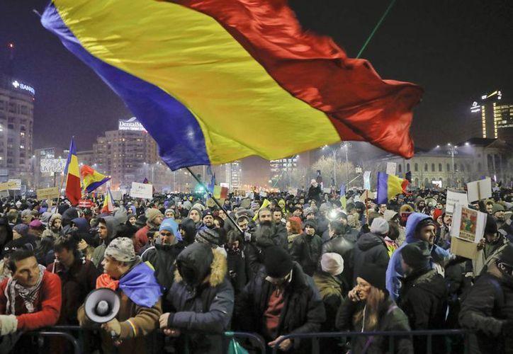 Al menos 60 personas fueron detenidas en las multitudinarias marchas del miércoles contra el gobierno rumano. (AP/Vadim Ghirda)
