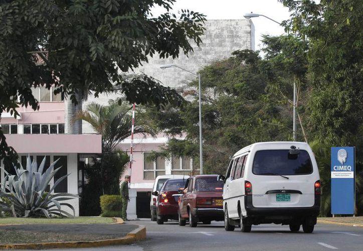 Varios vehículos hacen cola para ingresar al hospital Cimeq de La Habana. (Agencias)