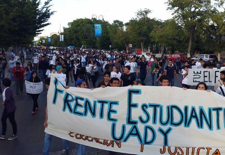 El Frente Estudiantil Uady convocó a la marcha de este lunes en Mérida. (Cecilia Ricárdez/SIPSE)