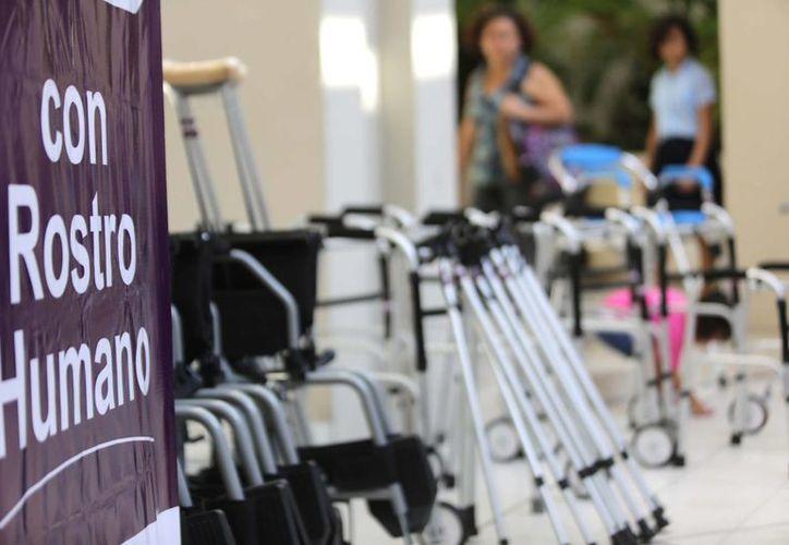 El Ayuntamiento de Mérida y el DIF Municipal entregaron diversos aparatos ortopédicos. (SIPSE)
