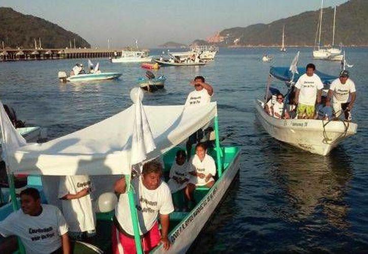 En la Caravana por la Paz en Acapulco participan prestadores de servicios turísticos y turistas. (Milenio)